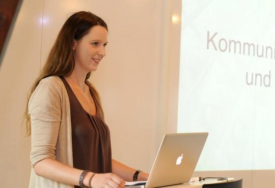 Eine Studierende des Studiengangs Politikmanagement während eines Referats.