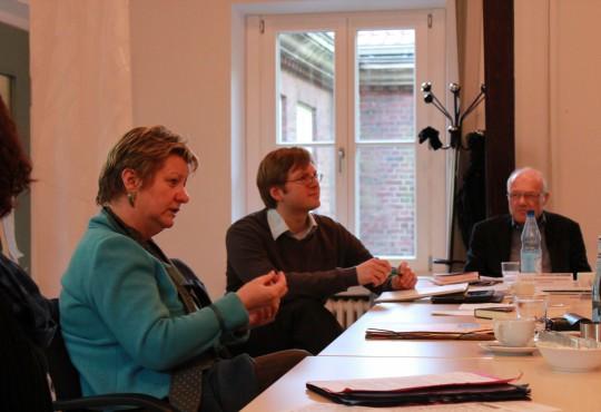 Sylvia Löhrmann im Gespräch mit  Teilnehmern der Tagung Minderheitsregierungen.