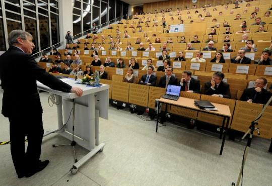 Wolfgang Clement bei einem Vortrag im Rahmen seiner Gastprofessur für Politikmanagement der Stiftung Mercator im Jahr 2008