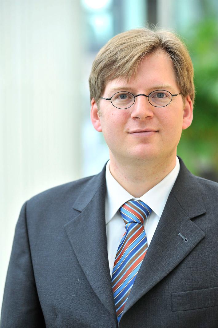 """Prof. Dr. Andreas Blätte diskutiert am 22. Oktober in de katholischen Akademie """"Die Wolfsburg"""" über Flüchtlingspolitik."""