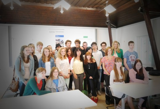 Promotionsstudentin Anja Adler mit den Teilnehmern des 13. Jugendgipfels