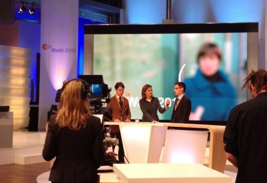 Master Studierende proben den Sendungsablauf mit Moderatorin Bettina Schausten