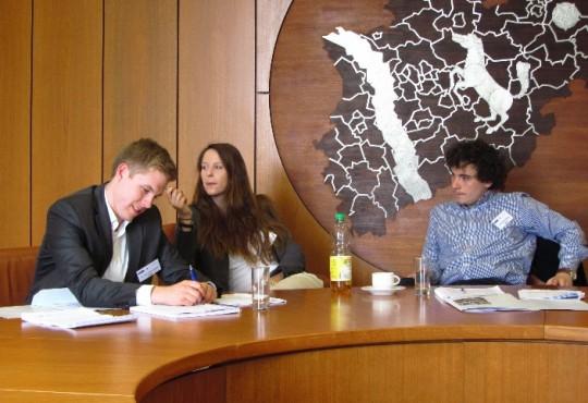Studierende in einer Verhandlungssituation