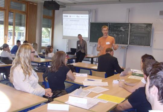 Daniel Zimmermann (Bürgermeister der Stadt Monheim am Rhein) erklärt Schülern, wie eine Partei gegründet wird.