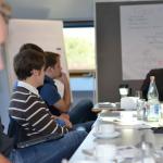 Die Teilnehmer diskutieren mit Küppersbusch