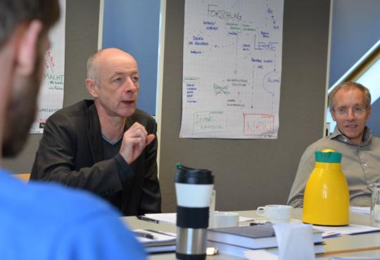 Der Journalist Friedrich Küppersbusch im Austausch mit Mitgliedern des Pr