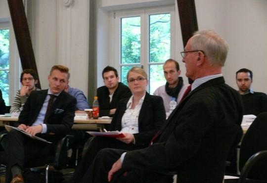 Klaus Hänsch im Gespräch mit Studierenden im HMC