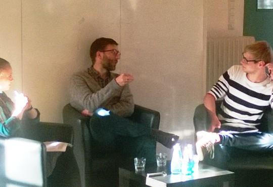 Frank Gadinger im Gespräch mit den Studierenden Jan Dinter und Lena Rickenberg.