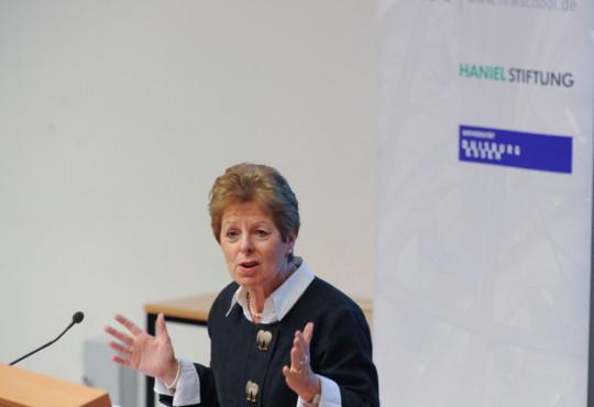 Ministerin Schwall-Düren bei ihrem Vortrag am 19. Dezember 2013