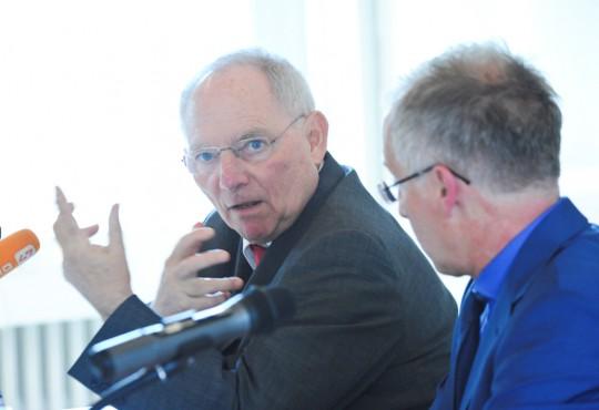 """Dr. Wolfgang Schäuble diskutierte an der NRW School of Governance u.a. über die Steuerung des """"Tankers Europa""""."""