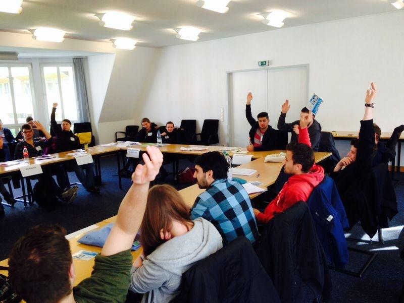 Abstimmung im fiktiven Ort Kranzingen: das Planspiel PolEthik verknüpft ethische Entscheidungsfindung mit dem Thema Asylpolitik.