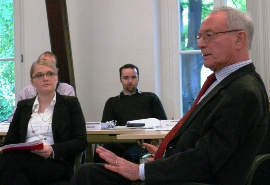 Klaus Hänsch, ehemalige Präsident des europäischen Parlaments, im Gespräch mit Studierenden der NRW School of Governance