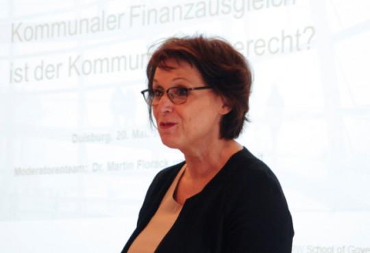 Maria Springenberg-Eich (Leiterin der Landeszentrale für politische Bildung NRW) richtete ein Grußwort an das Publikum