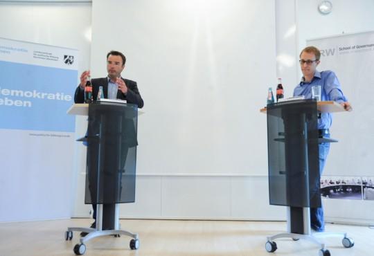 """""""Ist der Kommunalsoli gerecht?"""" - zu dieser Frage debattierten Michael Hübner (l.) und Daniel Zimmermann am 20. Mai an der NRW school of Governance"""