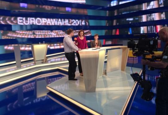 Probe für die Wahlsendung: Moderatorin Bettina Schausten interviewt Studierende der NRW School of Governance