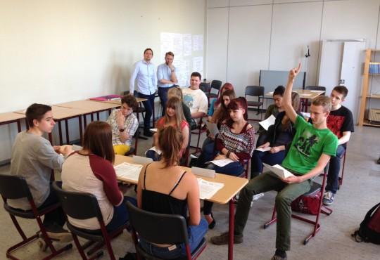 Sebastian Jarzebski, Mitarbeiter der NRW School of Governance, und Experte Oliver Niermann bringen Schülern in Oberhausen das Verhältnis von Politik und Medien näher.