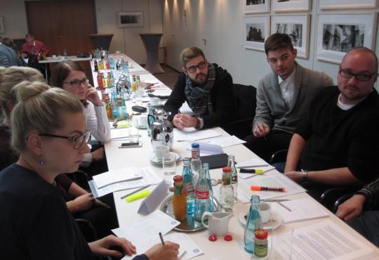 In kleinen Arbeitsgruppen bearbeiteten die Studierenden in Berlin fallorientiert Probleme aus der politischen Praxis.