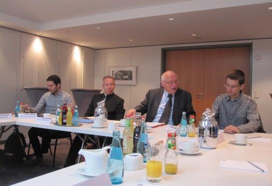 Prof. Günter Verheugen diskutierte mit den Studierenden in Berlin über das Thema EU-Osterweiterung