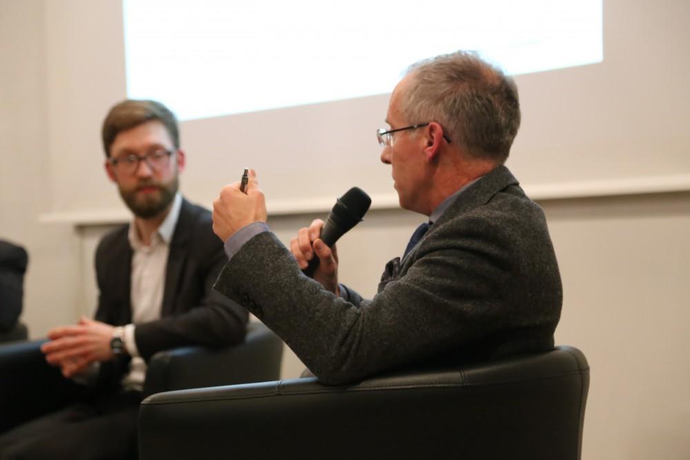 Karl-Rudolf Korte (r.) verortet den Erfolg der AfD in einer Angebotslücke auf dem Wählermarkt.