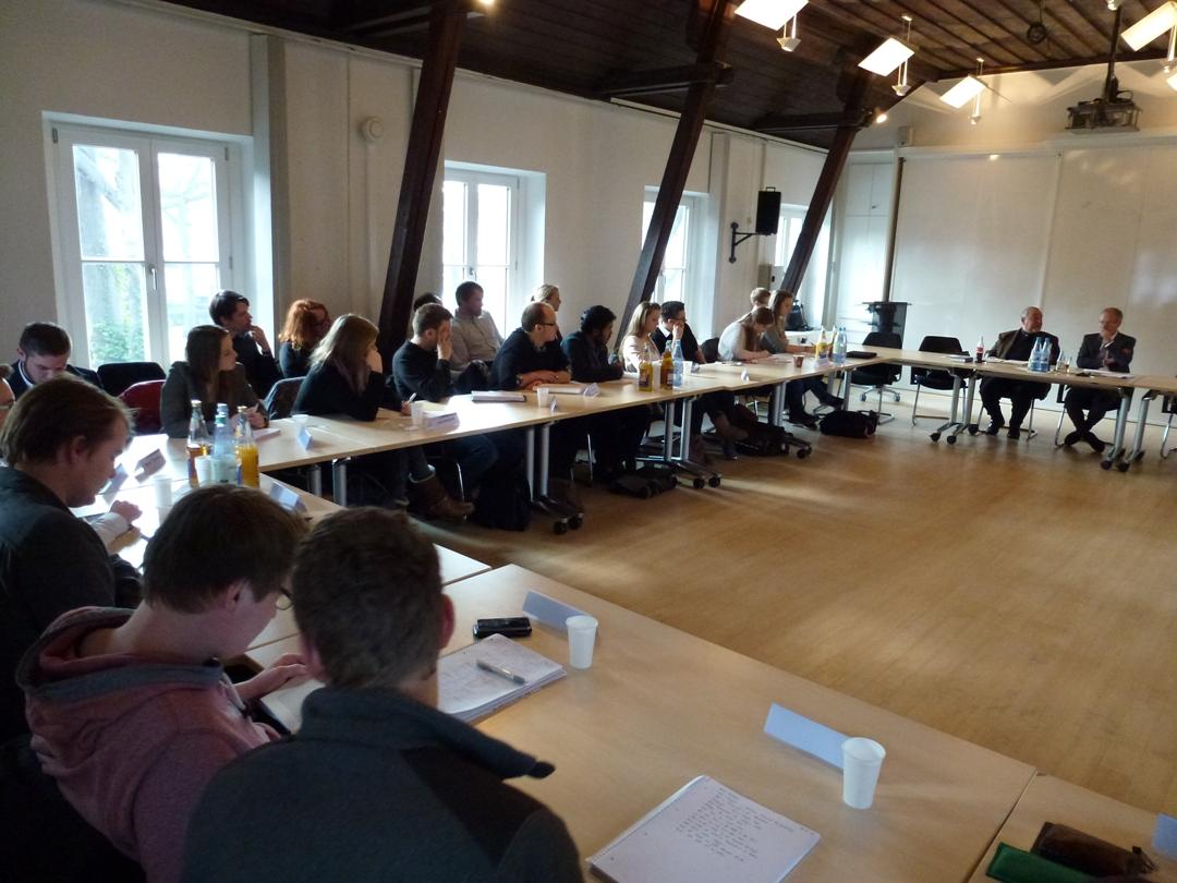 Rund 45 Studierende und Mitarbeiter der NRW School of Governance diskutierten mit Peter Radunski.