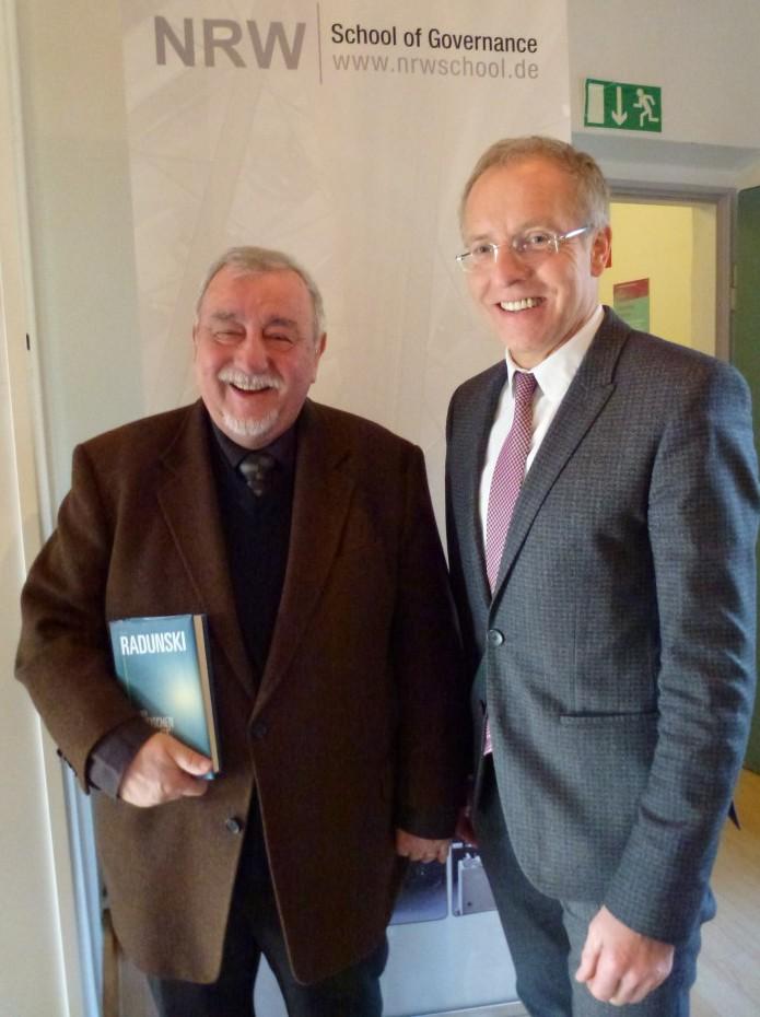 Peter Radunski (l.), hier gemeinsam mit Prof. Karl-Rudolf Korte, besuchte die NRW School of Governance am 06. Februar.