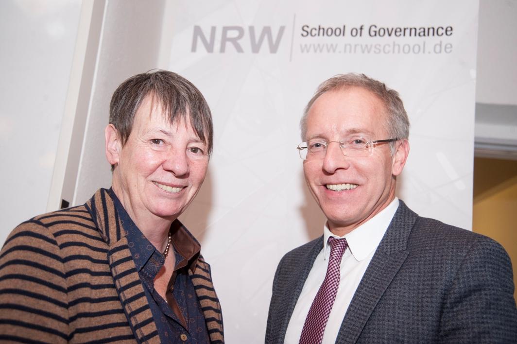 Bundesministerin Dr. Barbara Hendricks, hier mit Karl-Rudolf Korte, gab am 06. Februar an der NRW School of Governance Einbblicke in ihr Politikmanagement.