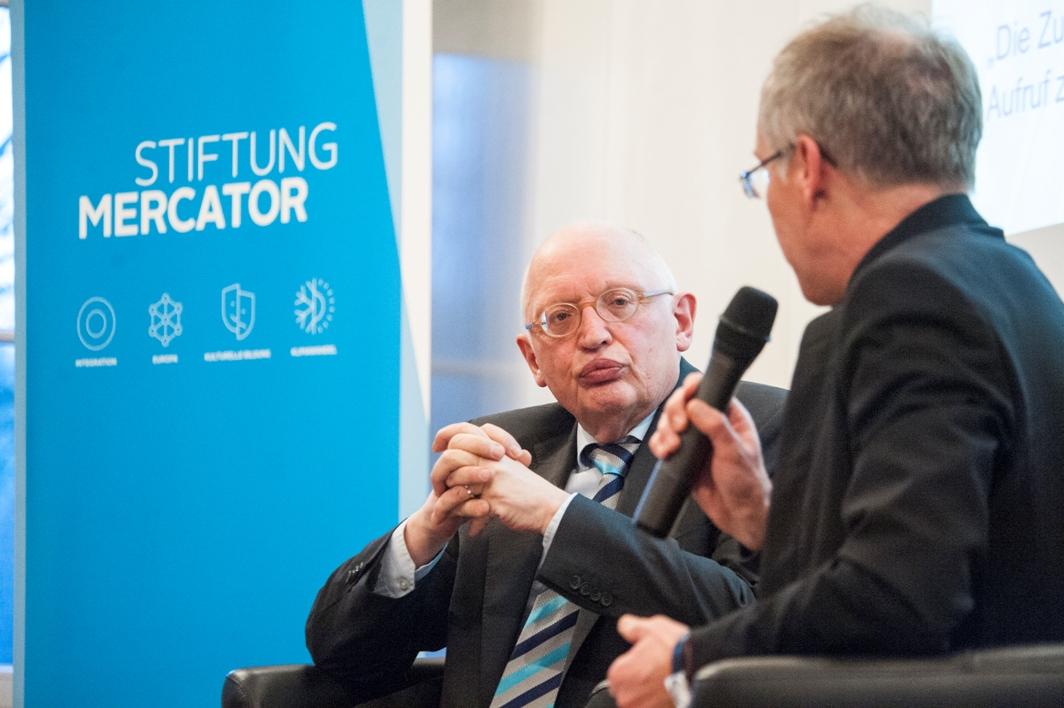 Günter Verheugen (l.), hier im Gespräch mit Karl-Rudolf Korte, war am 03. Februar Gast an der NRW School of Governance.