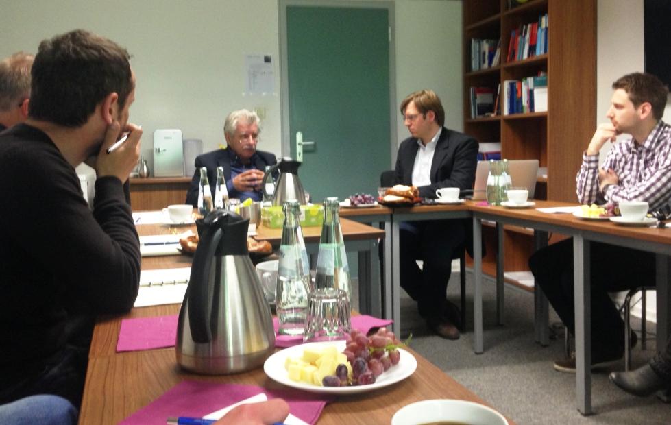 Reinhold Spaniel (v.l.) im Gespräch mit Andreas Blätte (v.r.) und den Mitgliedern des Promotionskollegs der NRW School of Governance.