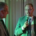 Manuel Glath nimmt stellvertretend für Martin Krybus den Preis für soziales Engagement entgegen
