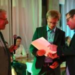 Markus Hoffmann (r.) überreicht Morten Pieper (l.) die Urkunden für die beste Abschlussarbeit und die besten Studienleistungen insgesamt