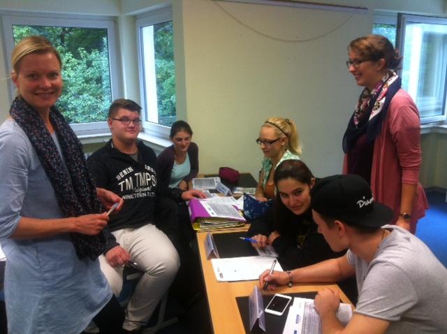 Schülerinnen und Schüler des Berufskollegs Bleibergquelle mit Kristina Weissenbach (links) und Laura Töpfer (rechts)
