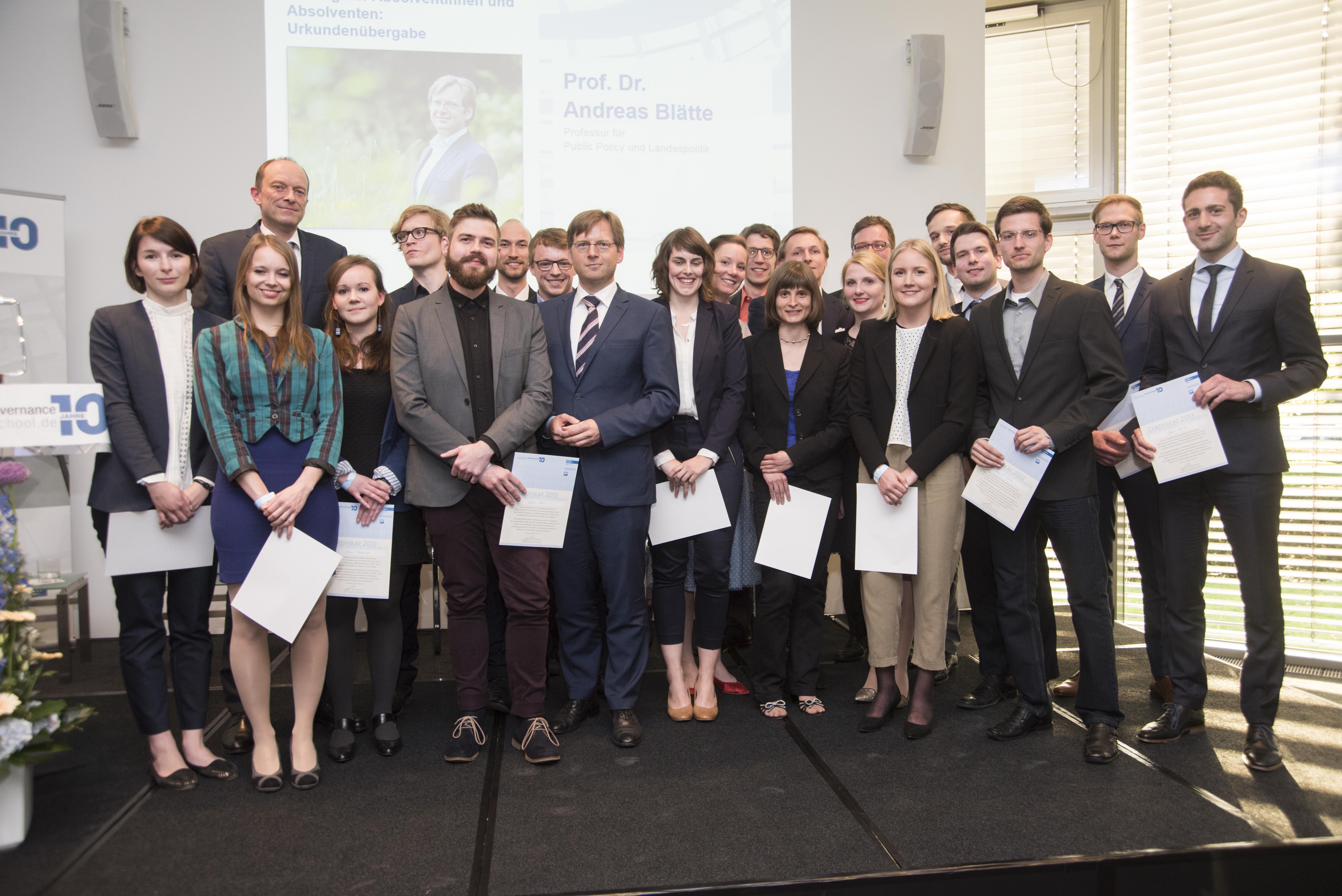 Der Abschlussjahrgang der NRW School of Governance erhält seine Urkunden