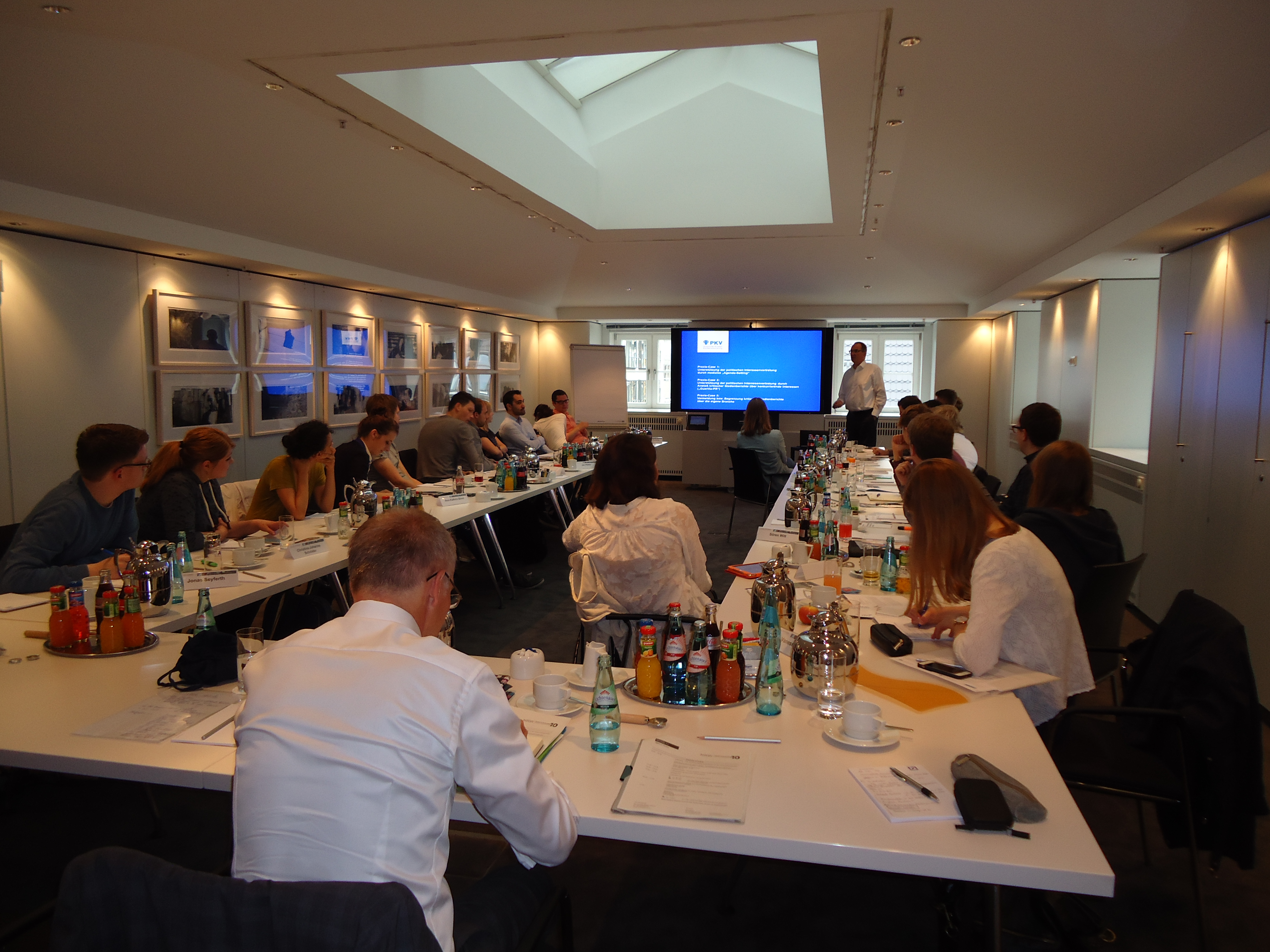 Stefan Reker vom PKV präsentiert dem Berliner Master Workshop die Fälle