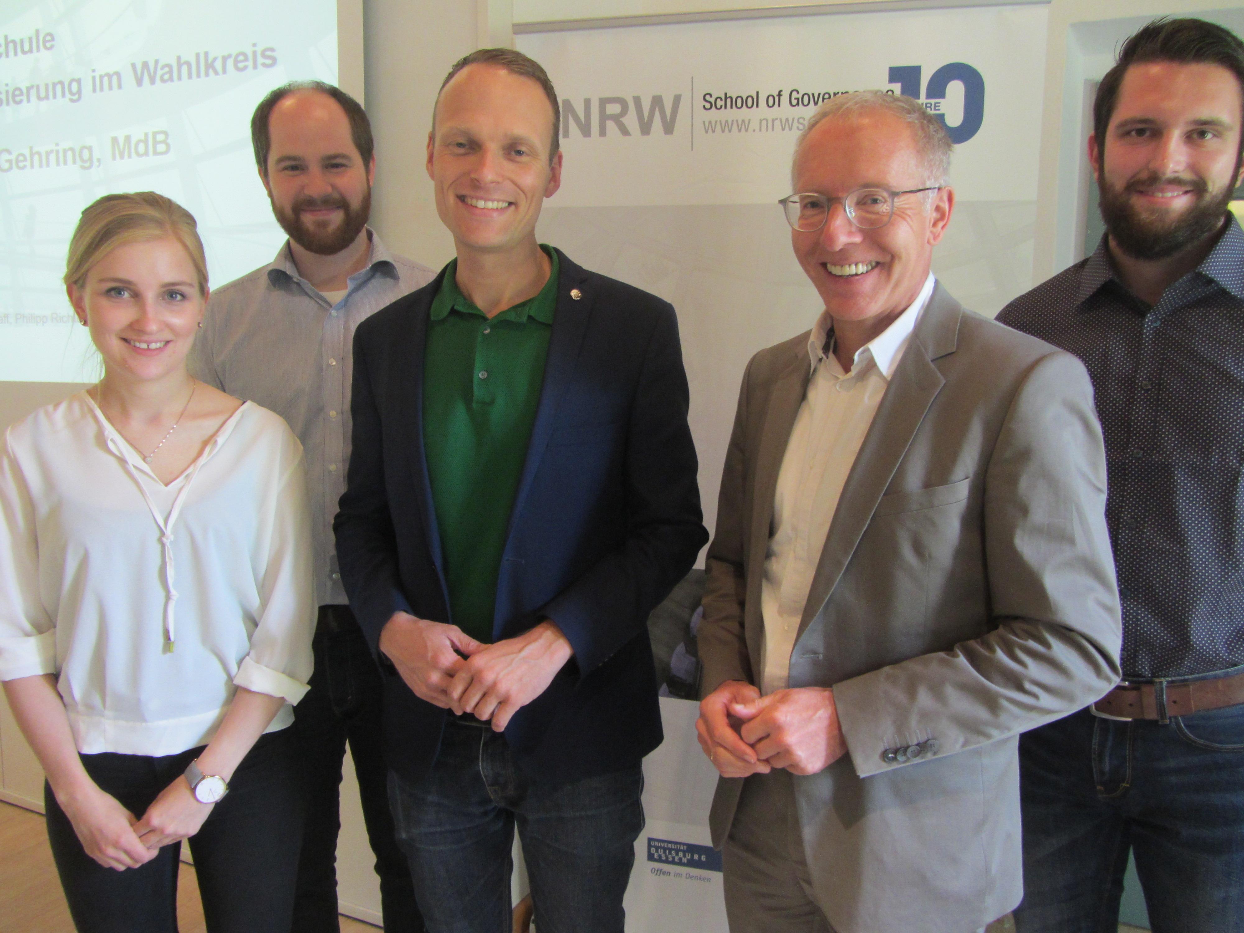 Als dritten Gast konnten wir im Seminar zur Bundestagswahl 2017 Martin Gehring (MdB; Mitte) begrüßen. Er berichtet über die Wahlkampforganisation der Grünen und gab Einblicke in die Gestaltung des Wahlprogramms.